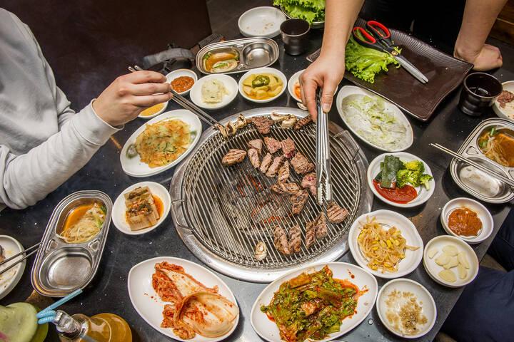 Koreliler Misafiri Lokantada, Yabancılar Evinde Ağırlıyor